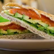 Kanapka z wędzonym łososiem i awokado. / Sandwich with smoked salmon and avokado.