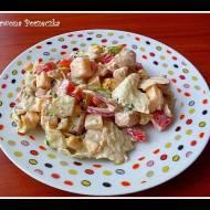 Sałatka z kurczakiem, sałatą lodową i sosem czosnkowym.