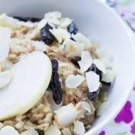 Owsianka z suszonymi śliwkami, płatkami migdałów i gruszką / Porridge with prunes, almonds flake and pear.