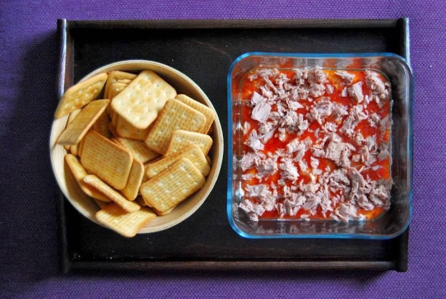 Imprezowa przekąska z tuńczykiem, twarogiem i sosem chili