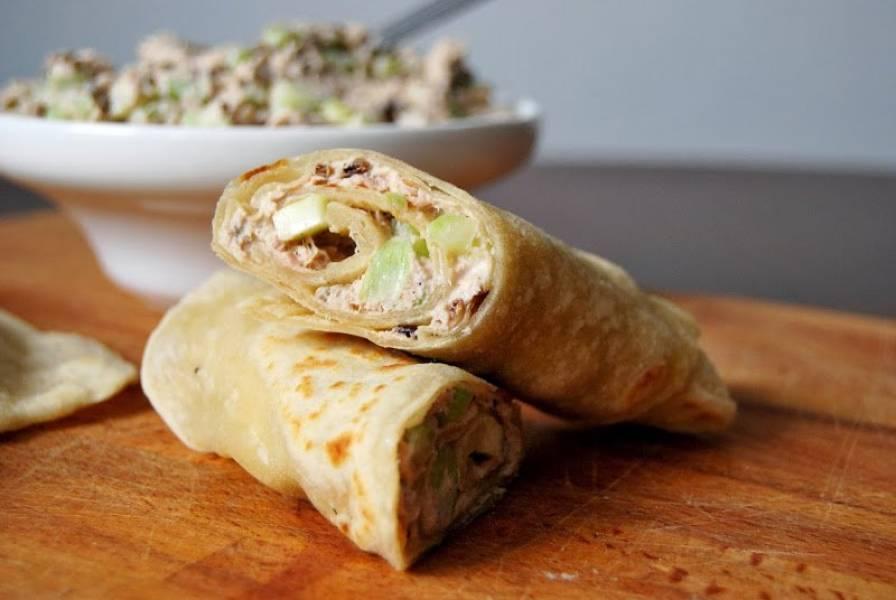 Placki kebabowe z sałatką z tuńczyka i selera naciowego