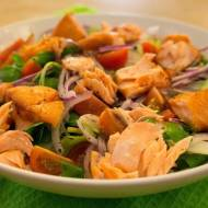 Sałatka z grillowanym łososiem. / Grill salmon salad.