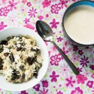 Owsianka z suszonymi śliwkami, pestkami dyni i  płatkami migdałowymi. / Porridge with prunes, pumpkin seeds and almonds.