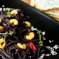 Czarny ryżowy makaron z szafranowymi krewetkami na ostro