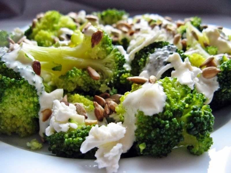 Sałatka z fetą i brokułami z dressingiem jogurtowym