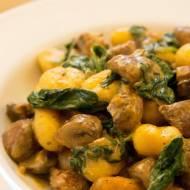 Pieczone gnocchi ze szpinakiem i  grzybami. / Baked gnocchi with spinach and mushroom.