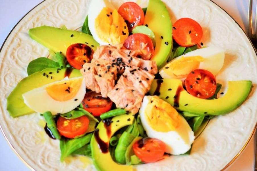 Sałatka z roszponką, tuńczykiem i jajkiem