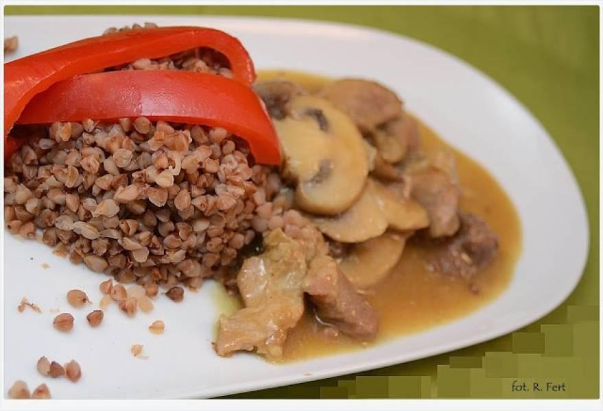 Kasza gryczana i gulasz wołowy z imbirem i curry