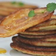 Amerykańskie placuszki śniadaniowe ze złotym syropem