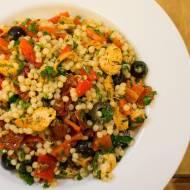 Sałatka z wielkim kuskusem. / Giant couscous salad.