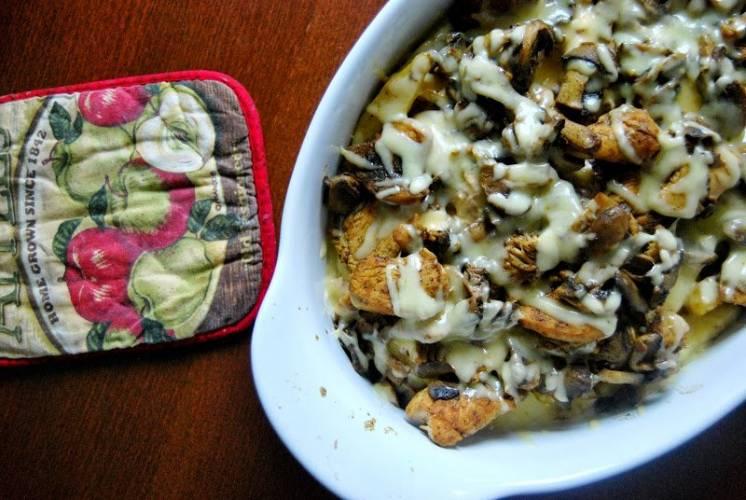 Zapiekane frytki z kurczakiem, pieczarkami i żółtym serem