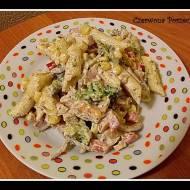 Sałatka makaronowa z wędzonym kurczakiem i brokułem