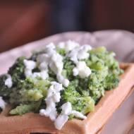 Gofry gryczane z brokułem i bryndzą
