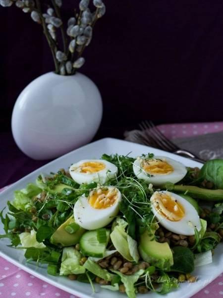 Zielona sałatka z jajkiem i soczewicą