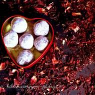 Trufle w hibiskusowym pudrze