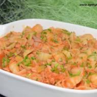 Muszle z tuńczykiem w pomidorowo-czosnkowym sosie