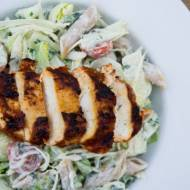 Sałatka z pełnoziarnistym makaronem i grillowanym kurczakiem. / Salad with grill chicken breast and whole grain pasta.