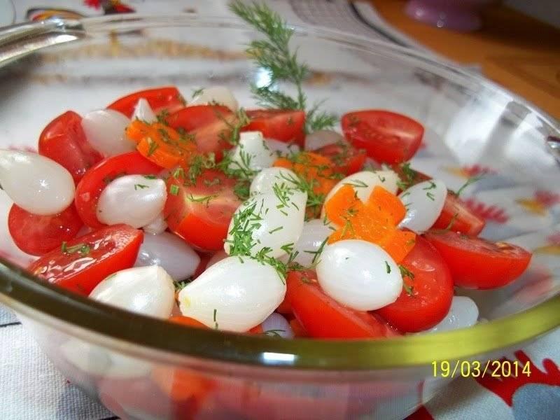 Surówka z pomidorków i marynowanej cebulki