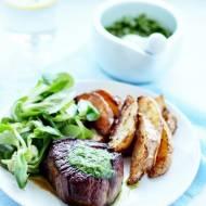 Stek, pieczone ziemniaki i świeże zioła