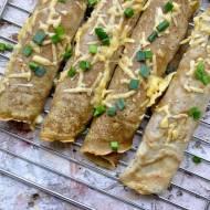 Razowo-pszenne naleśniki z warzywami, prażonym sezamem i serem