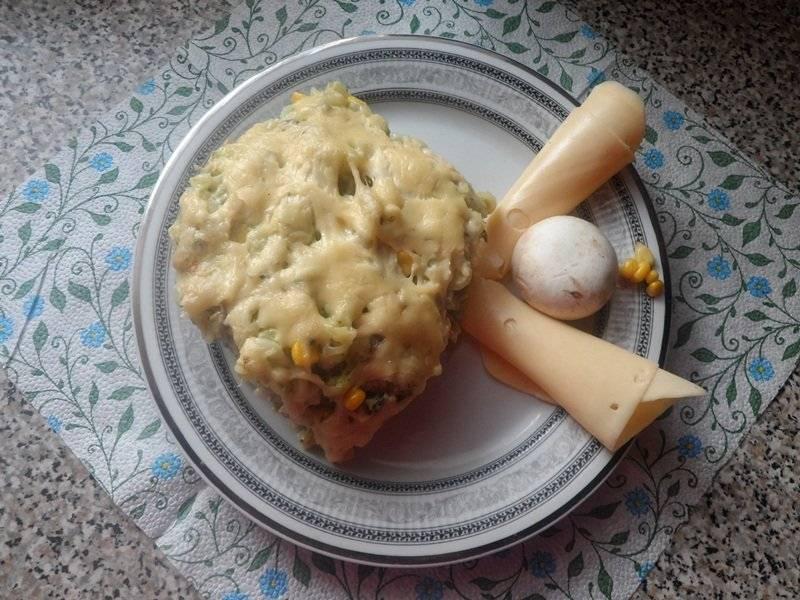 Zapiekanka makaronowa z brokułem i pieczarkami.