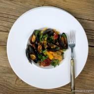 """""""paella"""" z małżami, chorizo i kurczakiem"""
