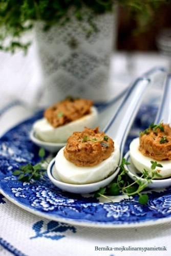 Jajka faszerowane pastą z suszonych pomidorów i tuńczyka