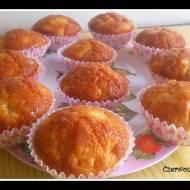 Muffiny z brzoskwiniami i polewą z białej czekolady