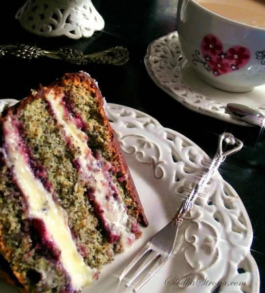 Tort Makowy z Masą Budyniową i Konfiturą z Czarnych Porzeczek