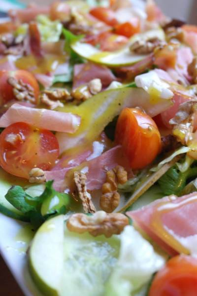 Dietetycznie: sałatka z szynką szwarcwaldzką.