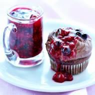 Czekoladowe cupcakes z owocami