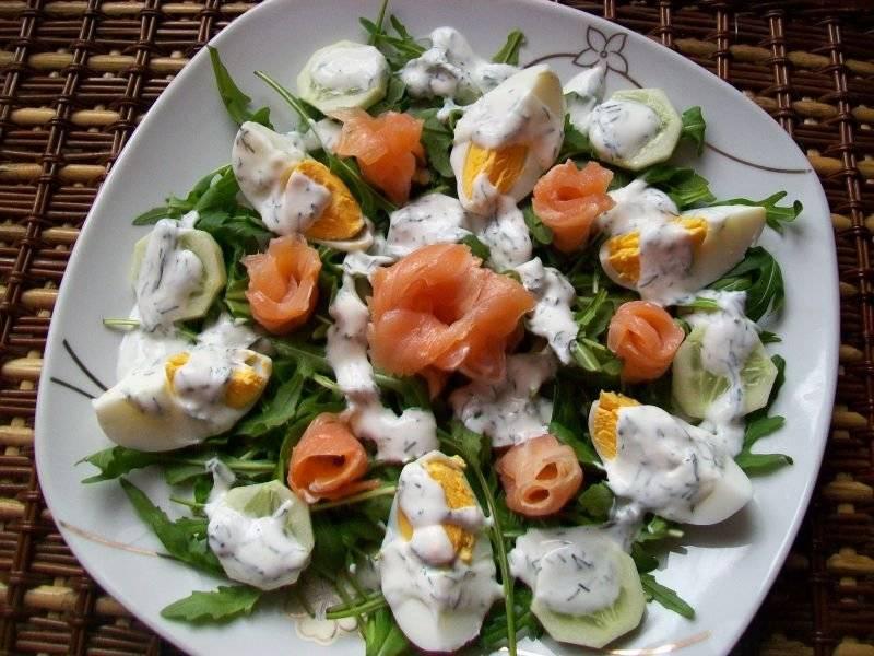 Sałatka z jajkiem i wędzonym łososiem
