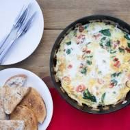 Omlet ze szpinakiem, pomidorkami i  kiełbasą. / Omelet with spinach, tomatoes and sausage.