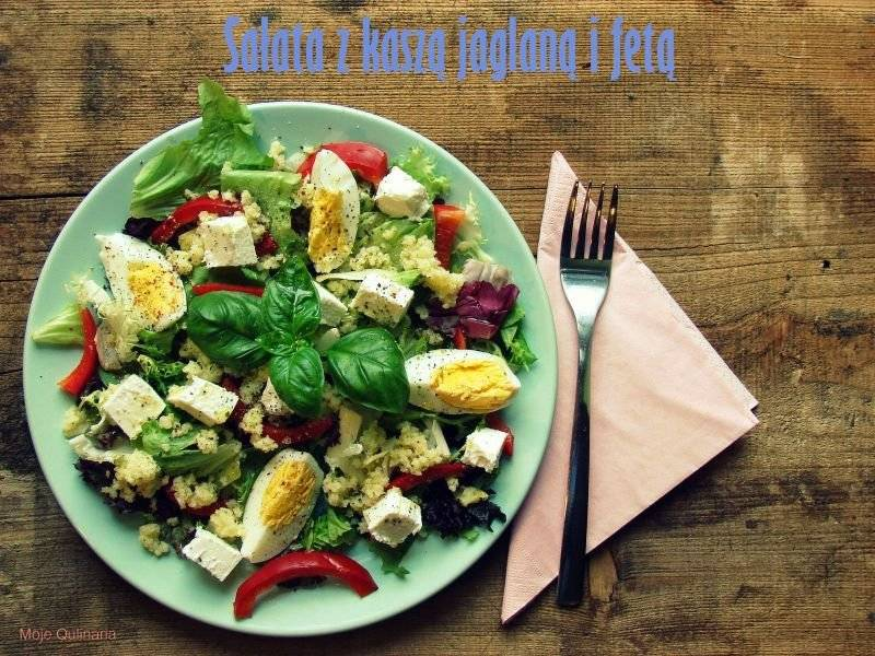 Sałata z kaszą jaglaną, papryką, jajkiem i fetą