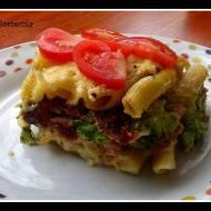 Zapiekanka makaronowa z brokułem, szynką i suszonymi pomidorami