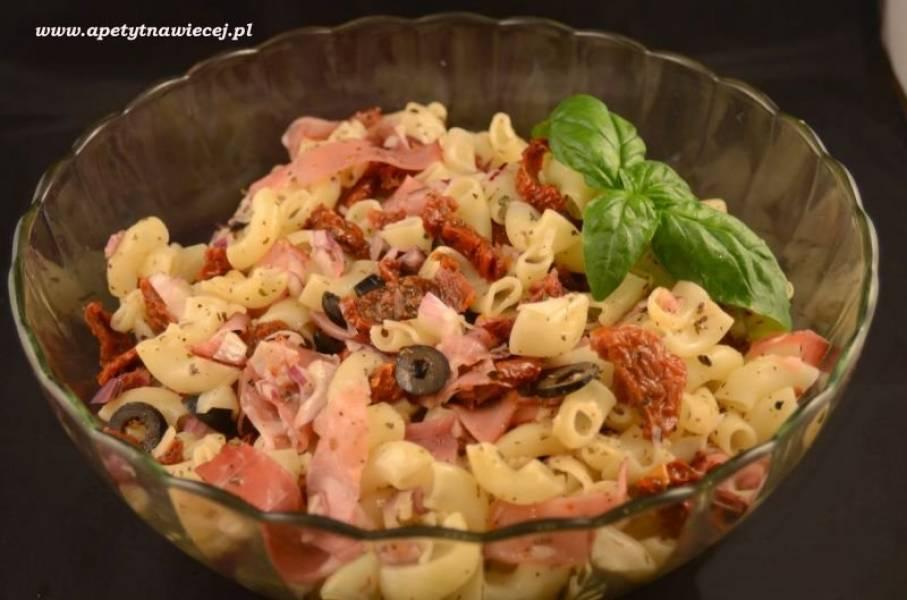 Sałatka z makaronem, suszonymi pomidorami i szynką parmeńską / Pasta salad, sun-dried tomatoes and prosciutto