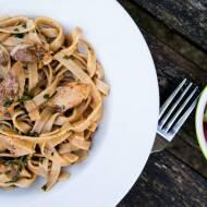 Pełnoziarnisty makaron z makrelą w sosie pomidorowym. /  Wholemeal pasta with mackerel in tomato sauce.