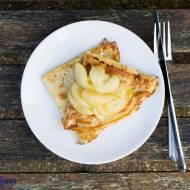 Naleśniki z karmelizowanymi gruszkami. / Pancakes with caramelized pears.