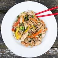 Stir fry z makaronem soba ( gryczanym ). / Stir fry with soba ( buckwheat ) noodles.