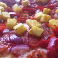 Pikantna chorizo pizza z nutą słodkości.