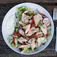 Sałatka z pieczonym pstrągiem. / Salad with baked trout.