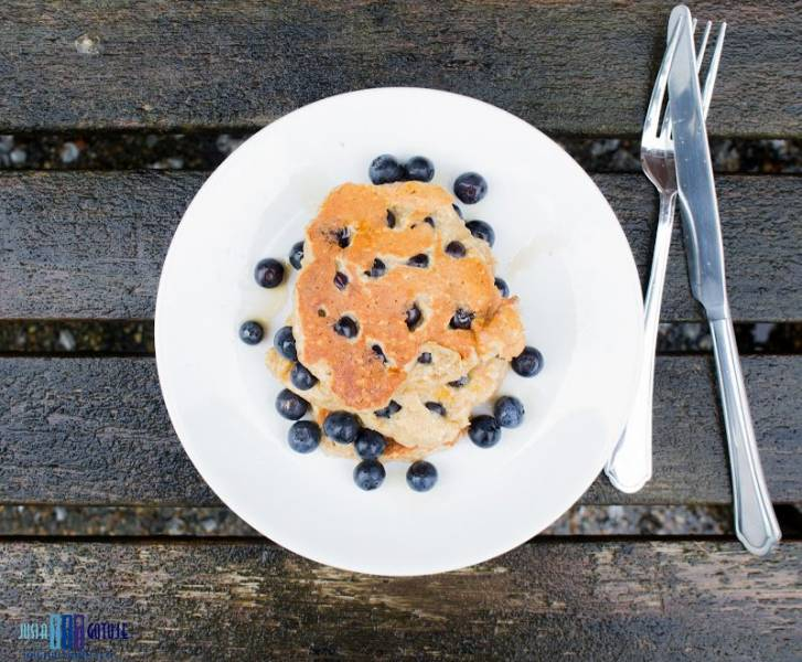 Zdrowe pancakes z borówkami. / Healthy pancakes with blueberries.