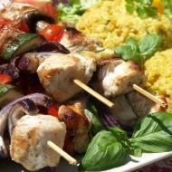 Grillowane szaszłyki w połączeniu z wyrazistym w smaku smażonym ryżem stanowi wyśmienite i syte danie obiadowe. Smakuje podane z