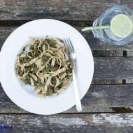 Makaron pełnoziarnisty z lekkim sosem szpinakowym. / Whole grain pasta with a light pinach sauce.