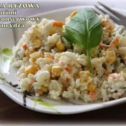 Sałatka ryżowa z surimi, ogórkiem konserwowym i kukurydzą