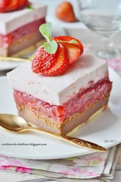 Ciasto grysikowe z kremem czekoladowym i truskawkami