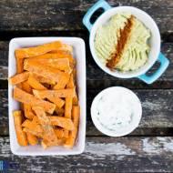 Frytki ze słodkiego ziemniaka z dwoma dipami. / Sweet potato fries with two dip.