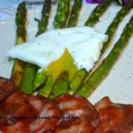 Szparagi grillowane z jajkiem w koszulce i chipsami z kindziuka