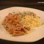 Polędwiczki wieprzowe w sosie kurkowym z wędzonym twarogiem, serwowane z kaszą kuskus / Pork tenderloin in mushroom sauce wit