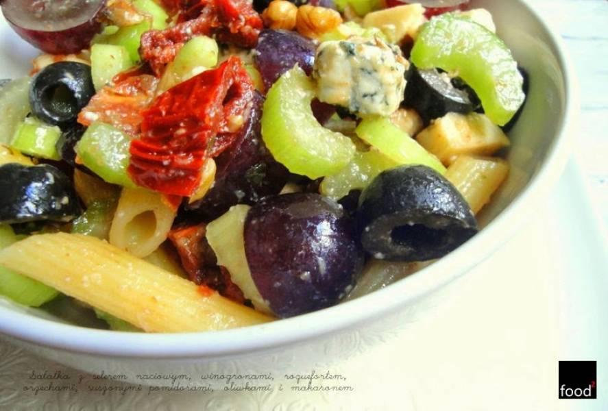 Sałatka z selerem naciowym, winogronami, roquefortem, orzechami, suszonymi pomidorami, oliwkami i makaronem